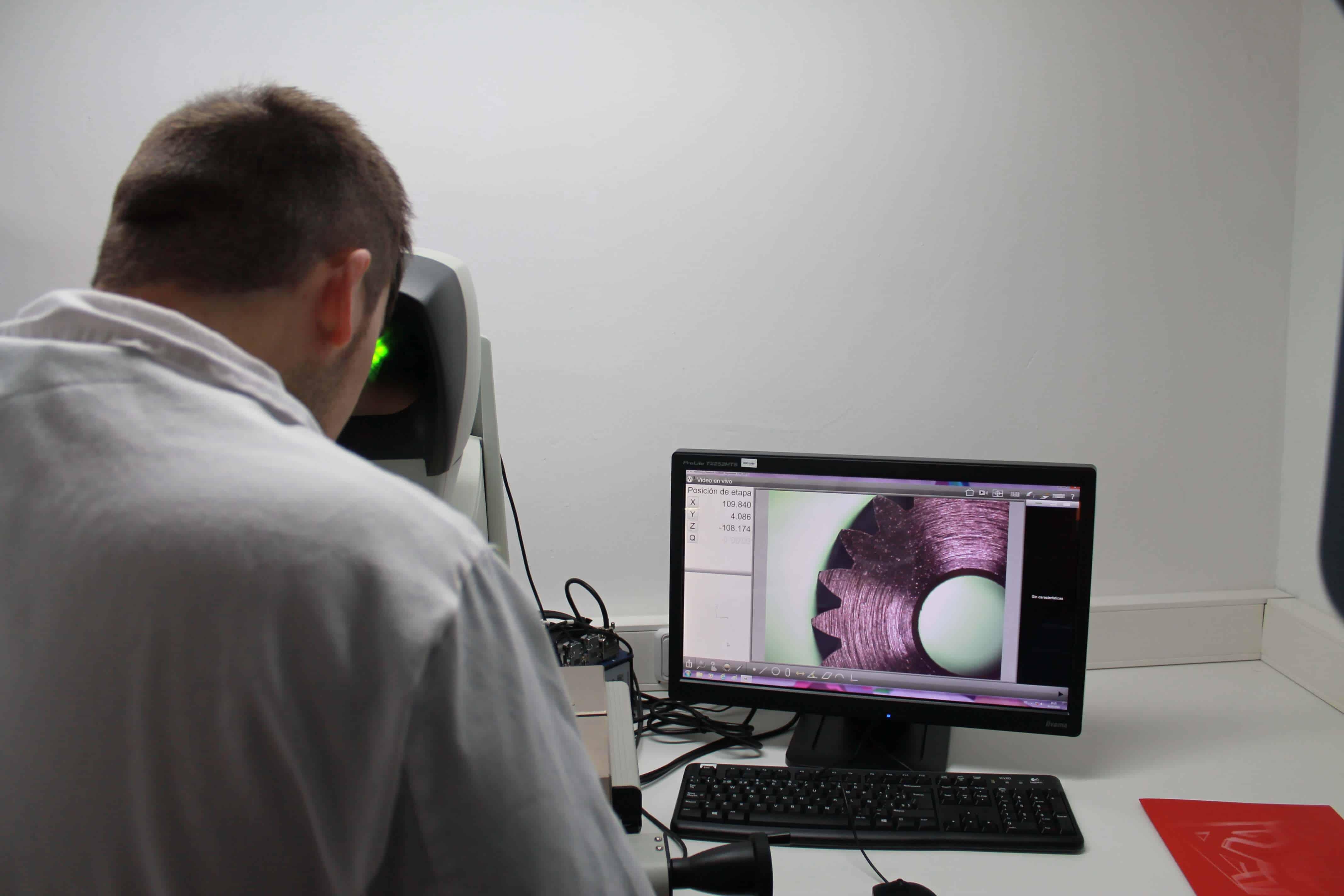 Juan Miguel en el laboratorio de CLR